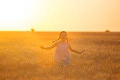 пшеница девушки поля Стоковое фото RF