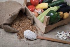 Пшеница и овощи на джуте стоковые фото
