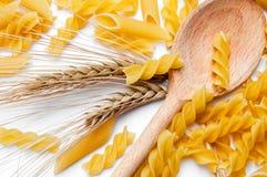 пшеница ложки макаронных изделия уха деревянная стоковые фото