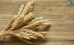 Пшеница на деревянной деревенской предпосылке Взгляд сверху с космосом экземпляра Стоковые Изображения