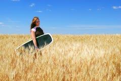 пшеница прерии девушки поля Стоковая Фотография RF