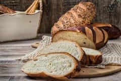 пшеница jpg хлеба вся Отрезанный wholegrain ломоть хлеба на tablec Стоковые Фотографии RF