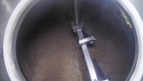 Пшеница Rawbarley для пива вращает в большой цистерне на мастерской фабрики винзавода видеоматериал