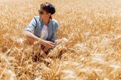 Пшеничное поле, взгляд ландшафта, солнечный день, много гектаров земли с пшеницей Стоковое Изображение RF