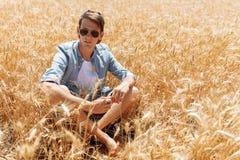 Пшеничное поле, взгляд ландшафта, солнечный день, много гектаров земли с пшеницей Стоковая Фотография RF