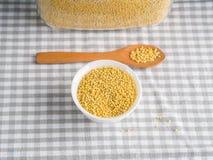 Пшено зерна клейковины свободное в шаре на кухонном столе стоковое изображение