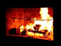 Пылая горячий на открытом воздухе камин стоковое фото rf
