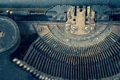 Пылевоздушная античная машинка с фокусом на типе гиде сидя к праву Стоковая Фотография RF