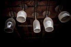 Пылевоздушные стекла бара повиснули вверх ногами стоковые фотографии rf