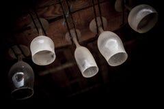 Пылевоздушные стекла бара повиснули вверх ногами стоковое фото rf