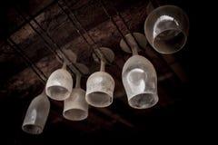 Пылевоздушные стекла бара повиснули вверх ногами стоковая фотография rf