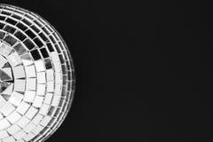 Пылевоздушный шарик диско сделанный от изолированного стекла на черной поверхности предпосылки стоковые фото