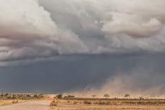 Пыльная буря в пустыне Намибии, дороге гравия стоковое изображение rf