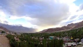 Пыльная буря неба промежутка времени над городом в горах сток-видео