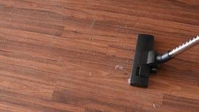 Пыль на деревянном поле Пол пылесоса очищая деревянный от пыли акции видеоматериалы