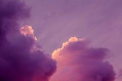 Пышные красочные облака в небе вечера Яркие, розовые облака в небе на заходе солнца Красивое skyscape вечера Конспект, pu Стоковые Изображения
