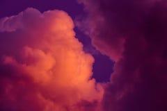 Пышные красочные облака в небе вечера Яркие, розовые облака в небе на заходе солнца Красивое skyscape вечера Конспект, pu Стоковое Фото