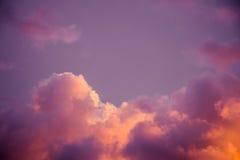 Пышные красочные облака в небе вечера Яркие, розовые облака в небе на заходе солнца Красивое skyscape вечера Конспект, pu Стоковое Изображение