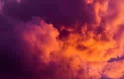 Пышные красочные облака в небе вечера Яркие, розовые облака в небе на заходе солнца Красивое skyscape вечера Конспект, pu Стоковые Фото