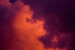 Пышные красочные облака в небе вечера Яркие, розовые облака в небе на заходе солнца Красивое skyscape вечера Конспект, pu Стоковое фото RF