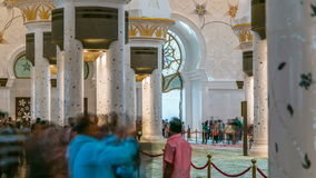 Пышный интерьер timelapse шейха Zayed Грандиозн Мечети с толпой в Абу-Даби сток-видео