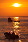 Пышный оранжевый заход солнца увиденный от берега a Стоковое Изображение RF