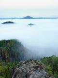 Пышный тяжелый туман в ландшафте Туман осени сметанообразный в сельской местности Холм увеличенный от тумана, Стоковые Изображения