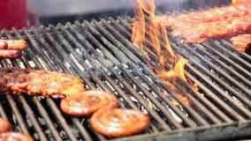 Пылать зажаренное мясо видеоматериал