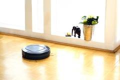 Пылесос робота в живущей комнате Стоковое Изображение RF