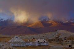 Пыльная буря против горы снега Стоковое Изображение RF
