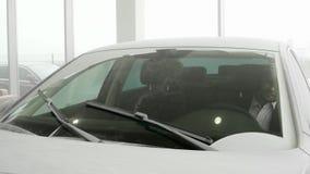 Пыльная буря, стихийное бедствие, автомобиль покрытый с пылью и золы после катаклизма, аварийной ситуации, очищать счищателей авт сток-видео