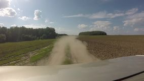 Пыль за автомобилем Вид сзади от автомобиля на проселочной дороге в полях акции видеоматериалы