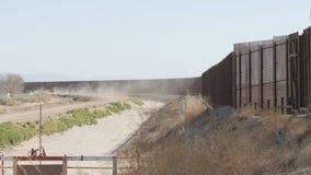 Пыль дует около границы США и Мексики сток-видео