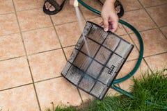 Пыль чистки заполнила фильтры блока кондиционера с с wat Стоковая Фотография