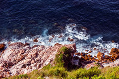 Пьемонт и утесы в чистой воде залива Стоковые Изображения