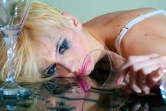Пьяная женщина с стеклом стоковое изображение