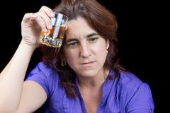 Пьяная и унылая латинская женщина держа стекло ликера Стоковое Изображение