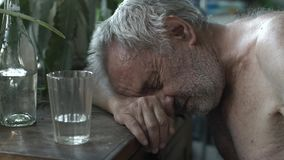Пьяница спать на таблице сток-видео
