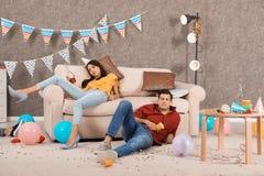 Пьяные друзья спать в грязной комнате стоковая фотография