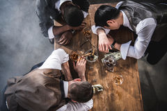 Пьяные коллеги спать на таблице пока тратящ время совместно Стоковое Изображение