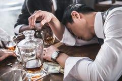 Пьяные коллеги спать на таблице пока тратящ время совместно Стоковые Изображения