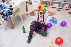Пьяный клоун празднуя имеющ партию дома Стоковое Изображение RF