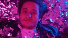 Пьяный парень плача на поле на партии, пустых глазах вытаращить на камере, алкоголизме акции видеоматериалы