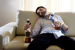 Пьяный расточительствованный бизнесмен и бутылка вискиа в алкоголизме Стоковое Изображение RF