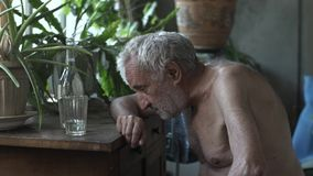 Пьяный старик спать на таблице акции видеоматериалы
