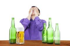 Пьяный человек покрывая его сторона 1 Стоковые Изображения
