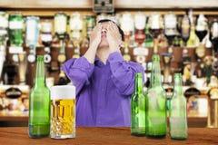 Пьяный человек покрывая его сторону Стоковые Фото