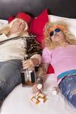 2 пьяных мужских друз возлежа на кровати Стоковое фото RF