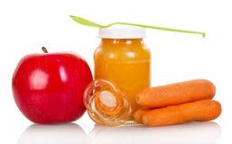 Пюре младенца яблока и моркови изолированных на белизне Стоковые Фото