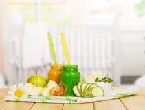 Пюре, овощ, кукла и ткань яблока младенца на кухне Стоковые Изображения RF